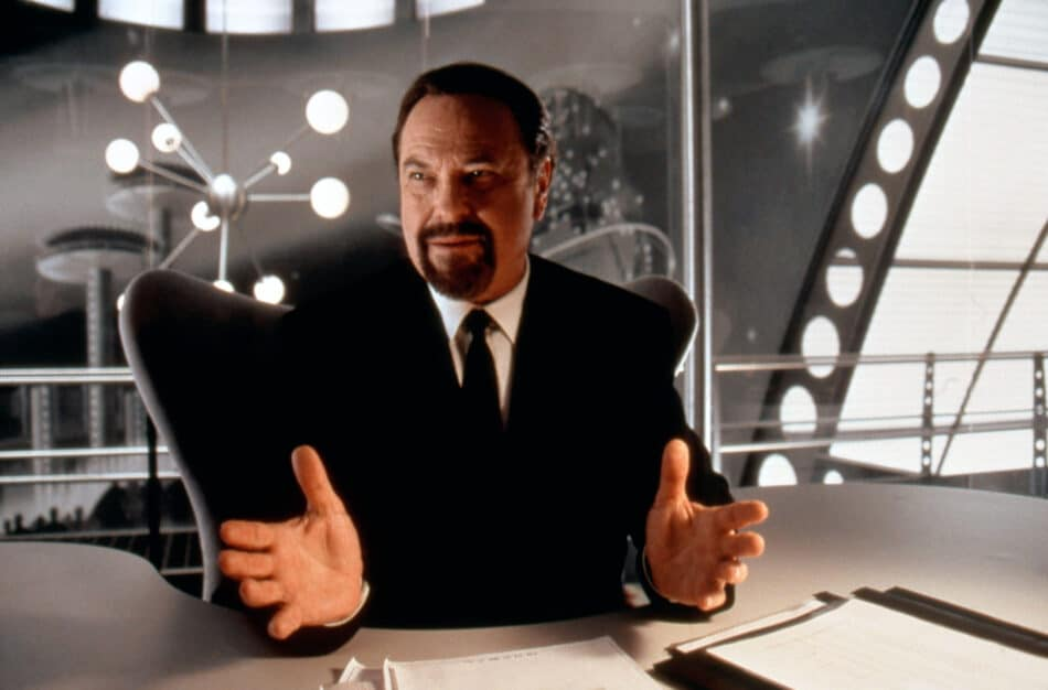 Rip Torn as Agent Zed in Men in Black, 1997, has a black Egg chair.