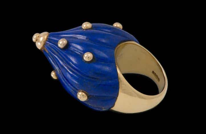 E.J. Shewry London carved lapis and gold cocktail ring, 1968