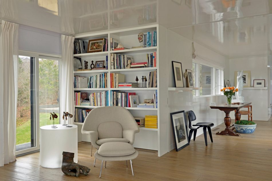 living room with Womb chair by Vicente Wolf