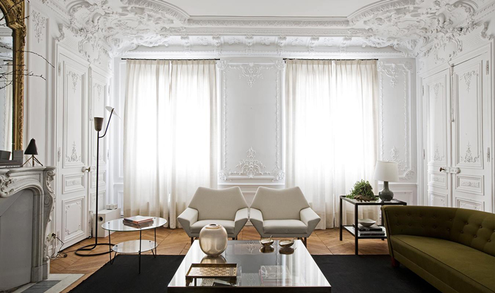 astonishing-interior-design-luxurious-living-room-with-white-walls-interior-decoration-wooden-floor-dilegkapi-two-white-chairs-green-sofa-and-fireplac